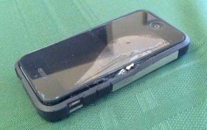 L'iPhone gli esplode in tasca: gravi ustioni alla gamba per un ciclista