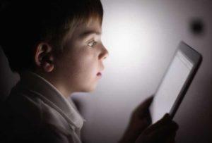Bambini davanti allo schermo? Arrivano le norme che ne limitano il tempo